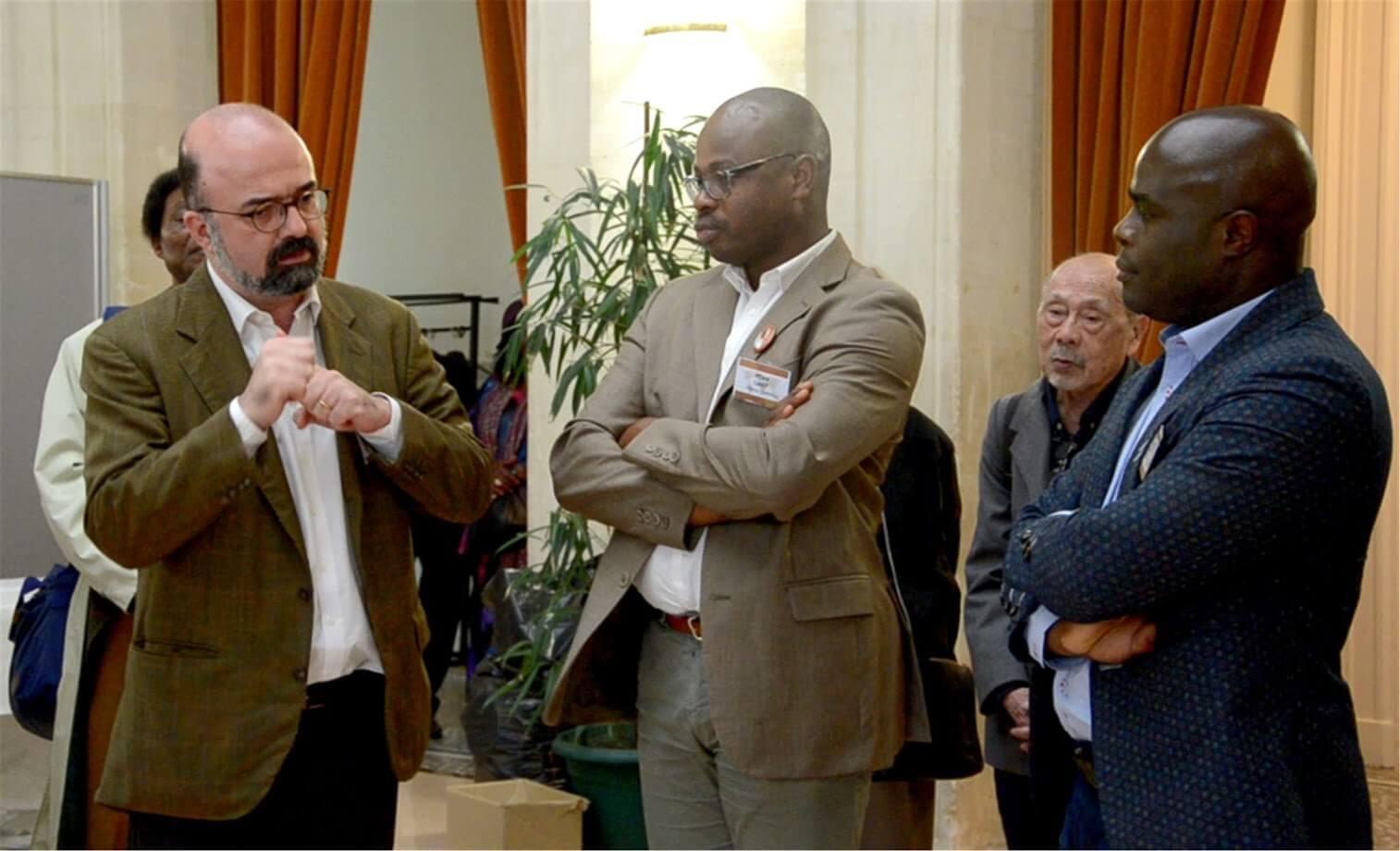 Un moment de prise de parole. Dans l'ordre : François-Xavier Reymond, Délégué adjoint pour les relations avec la société civile et les partenariats MEAE (gauche), Thierno CAMARA (centre), Mackendie Toupuissant (droite)