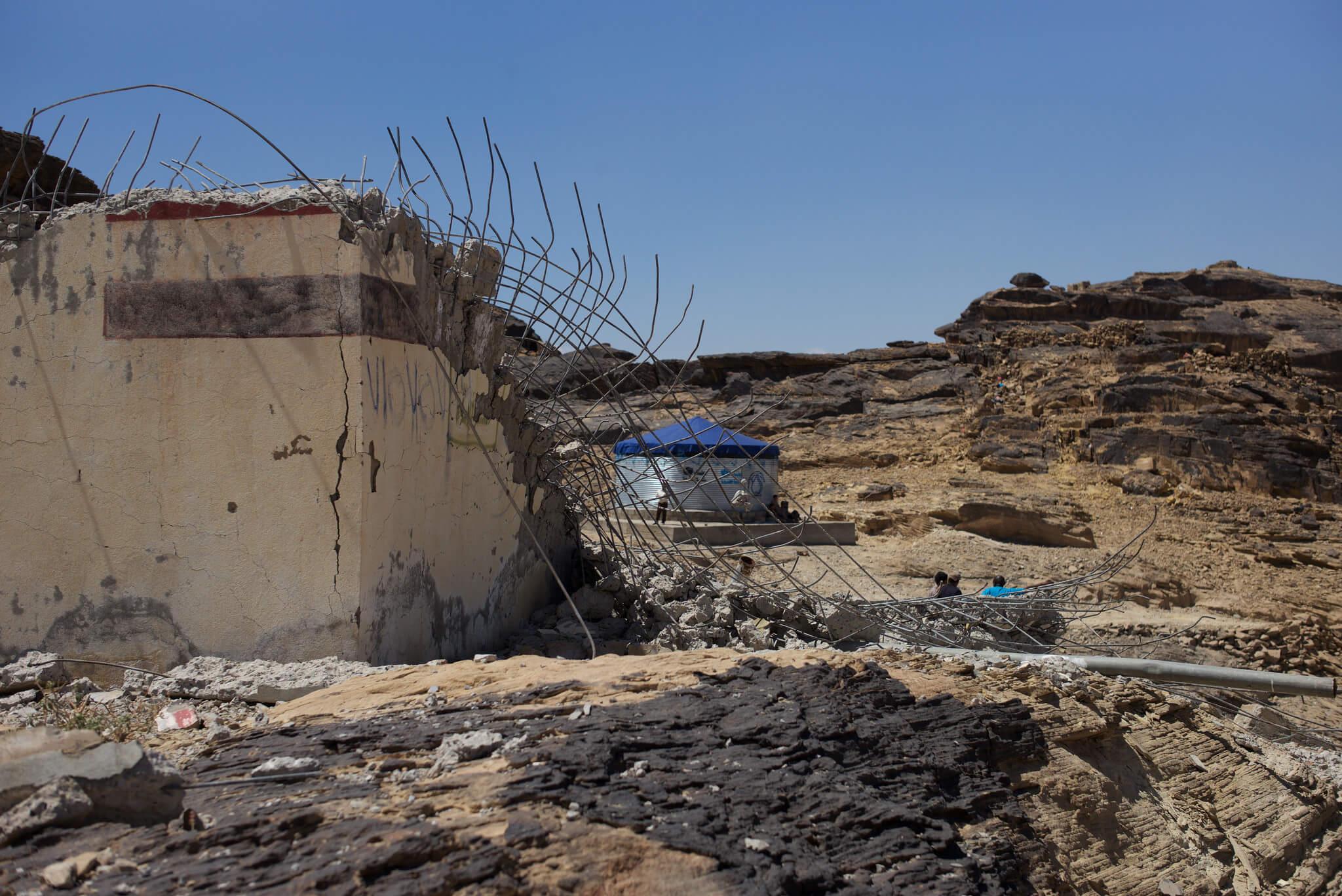 Réservoir d'eau détruit par un bombardement. Plus loin un autre réservoir de secours.