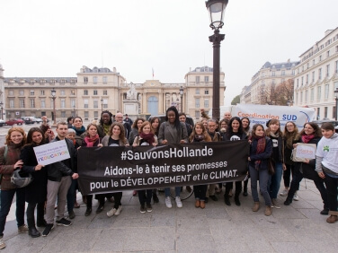Budget 2016 « Aide au développement : où sont les 4 milliards d'euros promis par François Hollande ? » Mobilisation des ONG devant l'Assemblée nationale